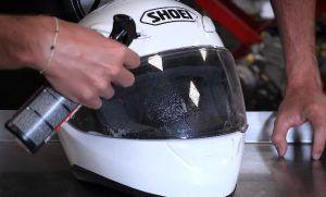 cómo limpiar un casco para moto